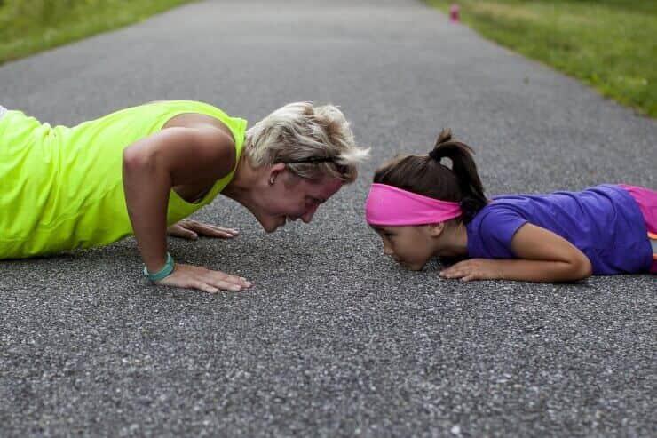 entrenador y niña