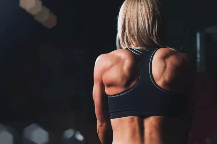 entrenadora de espaldas