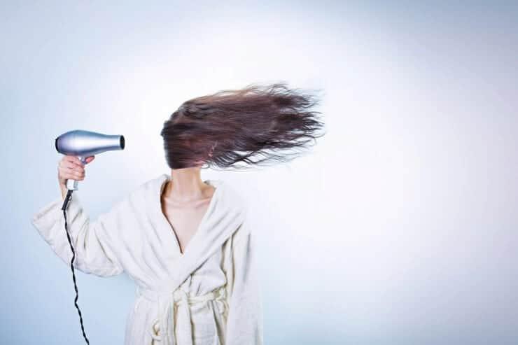 mujer con secador de pelo