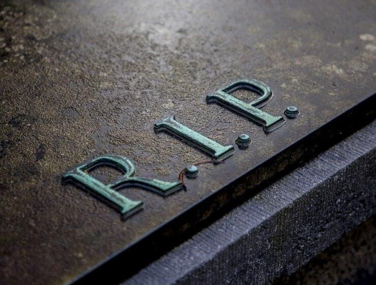 muerte tumba con las siglas RIP
