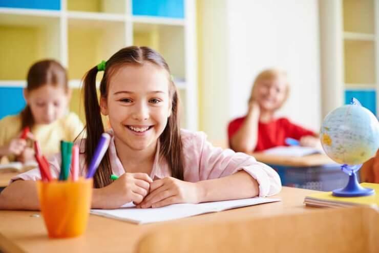 chica sonriendo en el colegio estudios