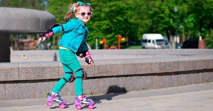 niña patinando protege aticulaciones