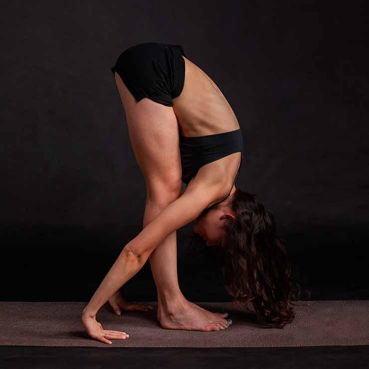 yoga estirar músculos chica