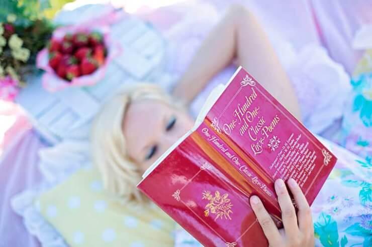 chica leyendo un libro mientras esperas